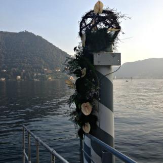 ingresso via lago decorato a 'festa'