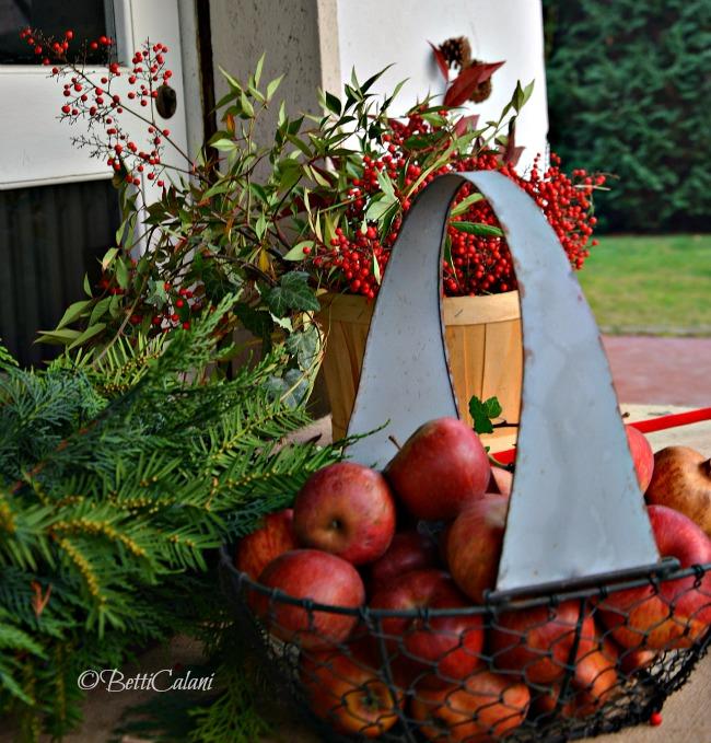 cesti di mele e bacche